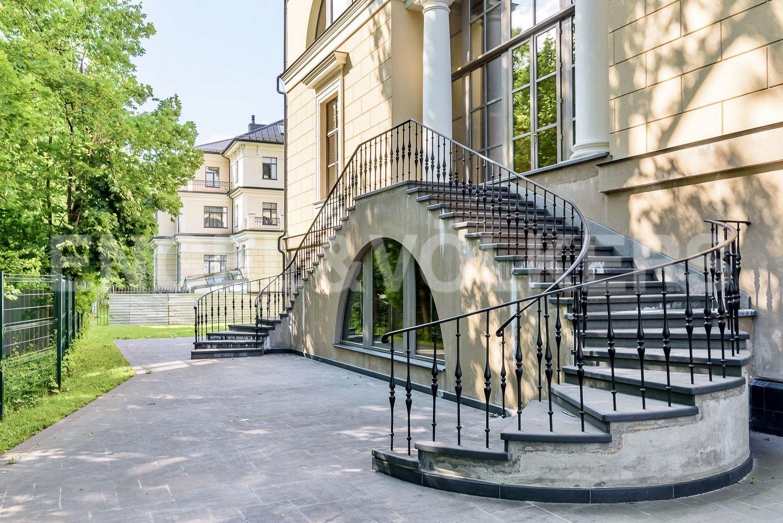 Парадная лестница гостиной