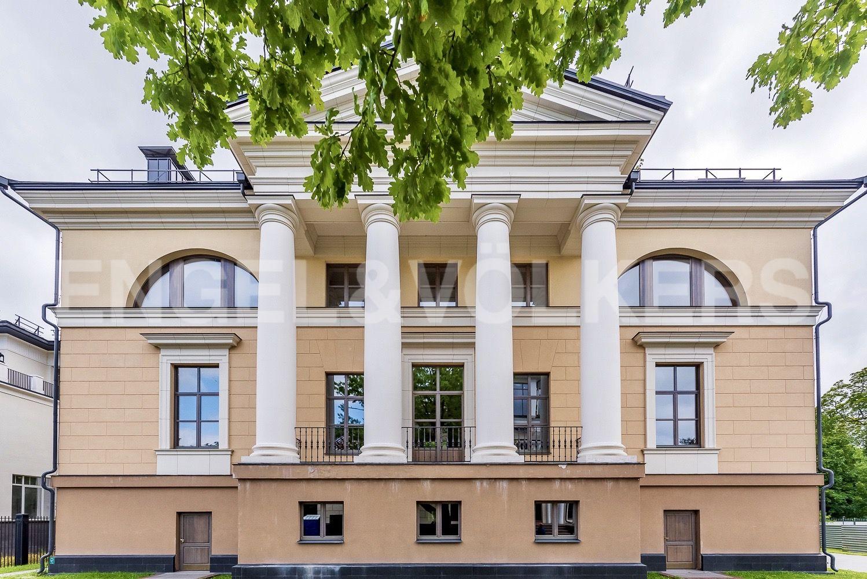 Элитные квартиры на . Санкт-Петербург, набережная реки Крестовки, 3Ас1. Главный фасад с портиком