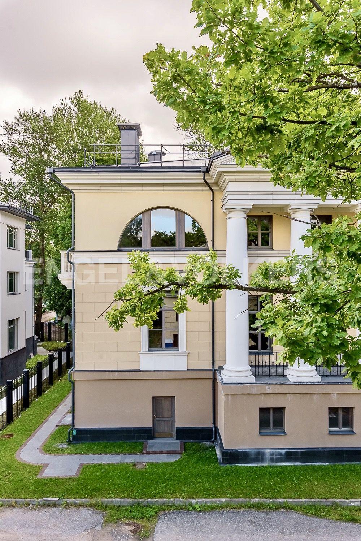 Элитные квартиры на . Санкт-Петербург, набережная реки Крестовки, 3Ас1. Фрагмент главного фасада с коллонадой