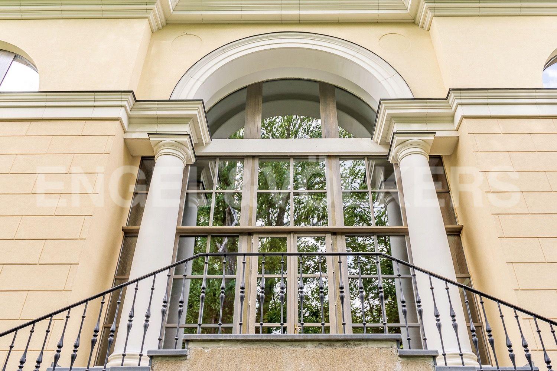 Элитные квартиры на . Санкт-Петербург, набережная реки Крестовки, 3Ас1. Европейский классицизм в облике особняка