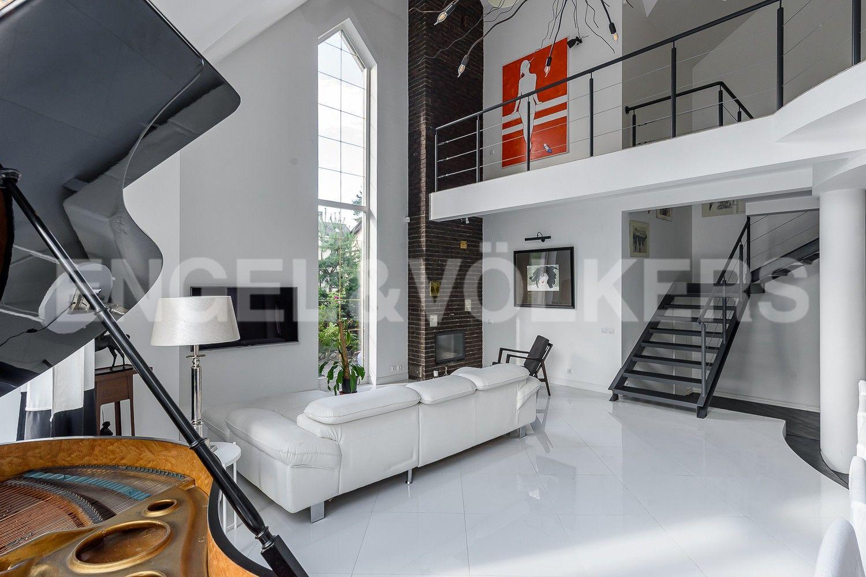 Зона гостиной и лестница на 2-й этаж