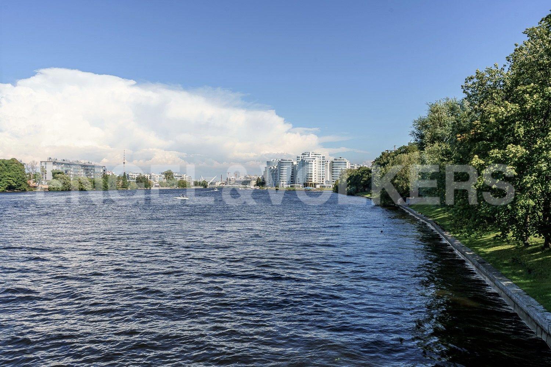 Набережная вдоль Петровского о.