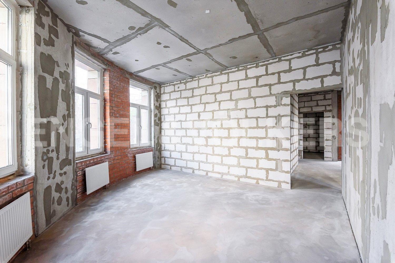 Просторные комнаты с большим количеством окон