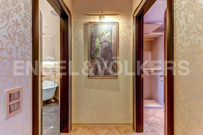 Элитные квартиры в Центральном районе. Санкт-Петербург, Воскресенская наб., 4. Выход к собственной ванной при спальне