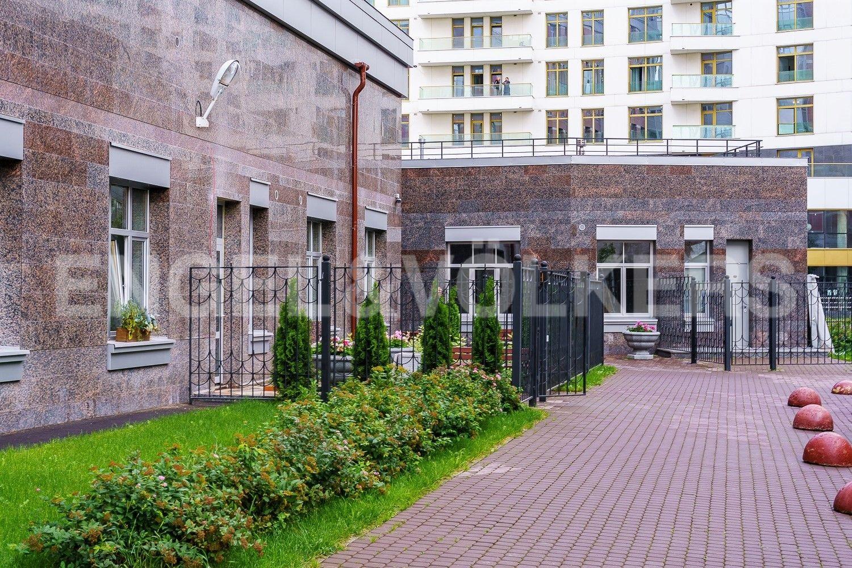 Элитные квартиры в Петроградском районе. Санкт-Петербург, Ждановская ул., 43, к. 2. Благоустроенная территория