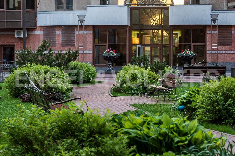 Элитные квартиры в Центральном районе. Санкт-Петербург, Воскресенская наб., 4. Благоустроенная придомовая территория с ландшафтом
