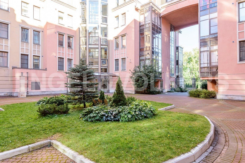 Элитные квартиры на . Санкт-Петербург, Морской пр., 11. Благоустроенный внутренний двор