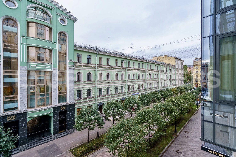 Элитные квартиры в Центральном районе. Санкт-Петербург, Невский проспект, д. 152. Вид из окна на аллею