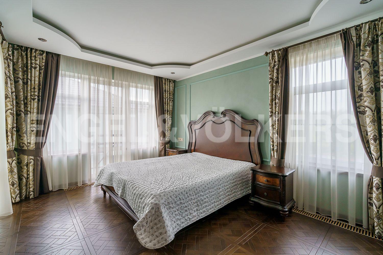 Мастер спальня с двумя окнами