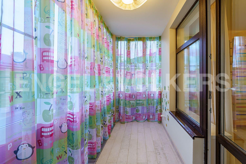 Элитные квартиры в Курортном районе. Санкт-Петербург, Зеленогорское ш. 12, к. 23. Балкон в детской
