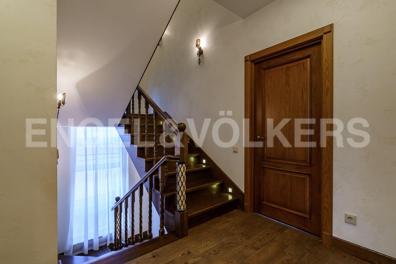 Элитные квартиры в Курортном районе. Санкт-Петербург, Зеленогорское ш. 12, к. 23. Лестница на мансардный этаж