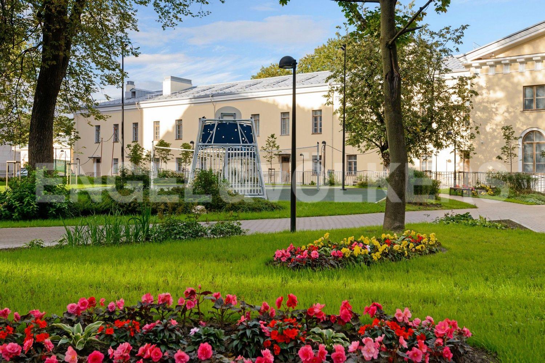 Элитные квартиры в Центральном районе. Санкт-Петербург, ул. Смольного, д. 4, к. 2, лит. А. Спортивная площадка рядом с домом