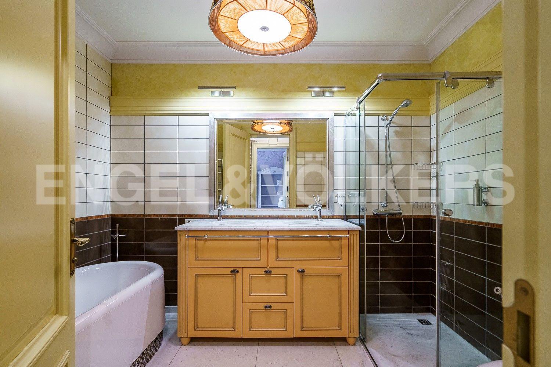 Ванная комната с ванной и душевой