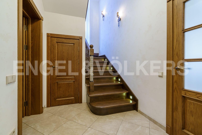 Элитные квартиры в Курортном районе. Санкт-Петербург, Зеленогорское ш. 12, к. 23. Лестница на второй этаж