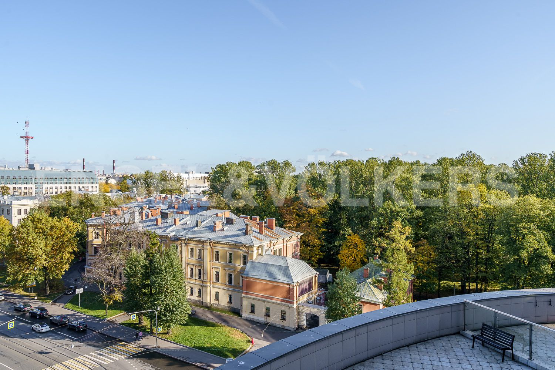 Элитные квартиры в Центральном районе. Санкт-Петербург, Большой Сампсониевский проспект, 4-6. Вид из окна гостиной в сторону парка