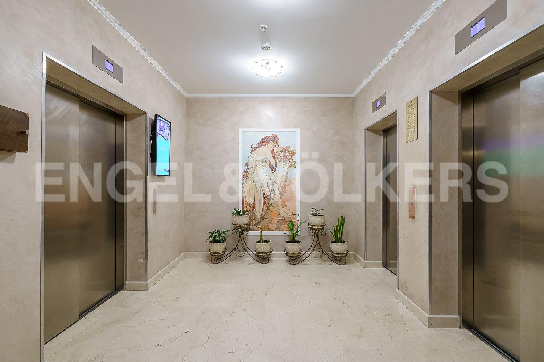 Элитные квартиры в Центральном районе. Санкт-Петербург, Большой Сампсониевский проспект, 4-6. Современые лифты в парадной