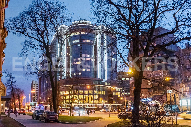 Элитные квартиры в Центральном районе. Санкт-Петербург, Большой Сампсониевский проспект, 4-6. Подсветка фасада дома