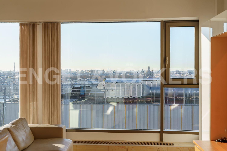 Элитные квартиры в Центральном районе. Санкт-Петербург, Большой Сампсониевский проспект, 4-6. Панорамные окна в гостиной