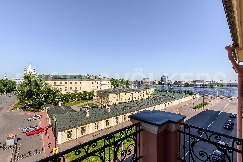 Вид с фасадного балкона в сторону Невы