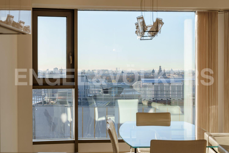 Элитные квартиры в Центральном районе. Санкт-Петербург, Большой Сампсониевский проспект, 4-6. Вид на город из гостиной
