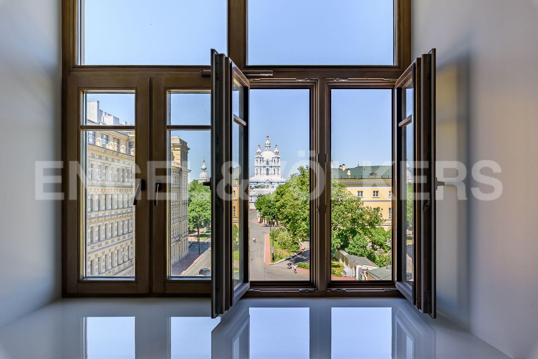 Вид из окна спальни на Смольный собор