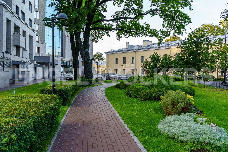Элитные квартиры в Центральном районе. Санкт-Петербург, Смольная наб., д. 12, литера А. Гостевая парковка возле дома