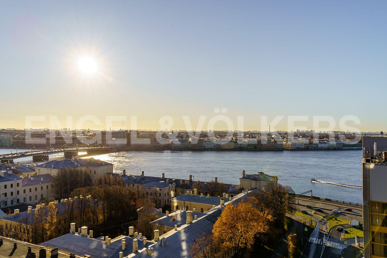 Элитные квартиры в Центральном районе. Санкт-Петербург, Большой Сампсониевский проспект, 4-6. Вид из окна спальни на Неву