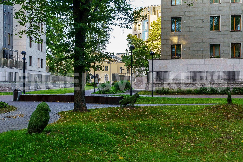 Элитные квартиры в Центральном районе. Санкт-Петербург, Смольная наб., д. 12, литера А. Садовые скульптуры на территории комплекса