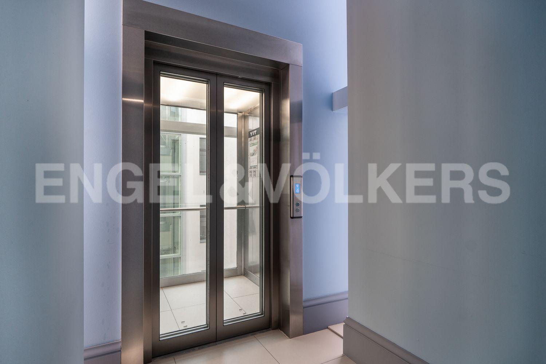 Современный лифт с панорамным остеклением в парадной