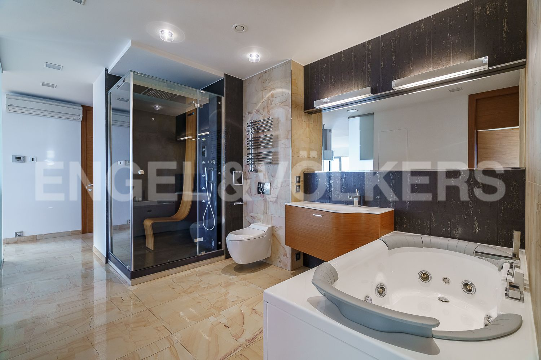 Ванная комната с душевой кабиной (с функцией паровой бани)