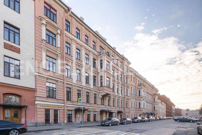 Фасад дома со стороны Смольного проспекта в сторону улицы Бонч-Бруевича