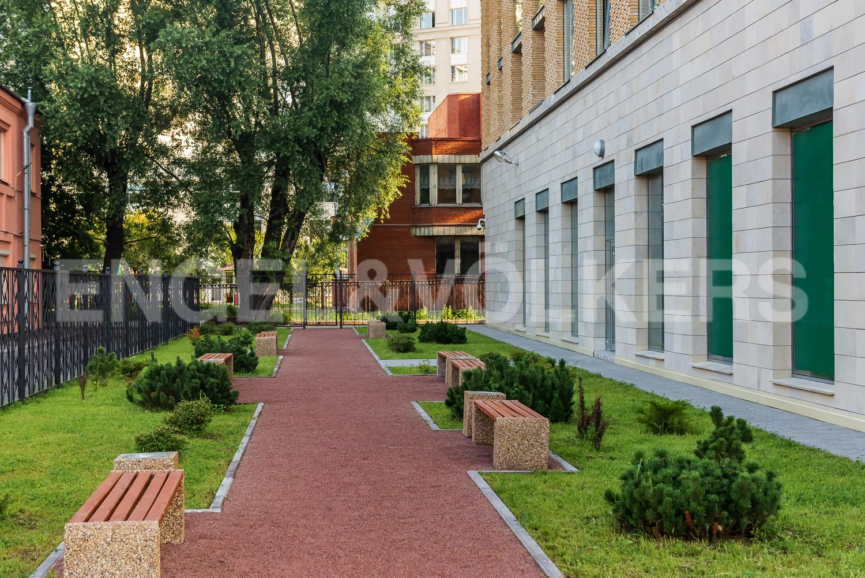 Элитные квартиры в Центральном районе. Санкт-Петербург, ул. Кирочная, 70, строение 1. Аллея у дома