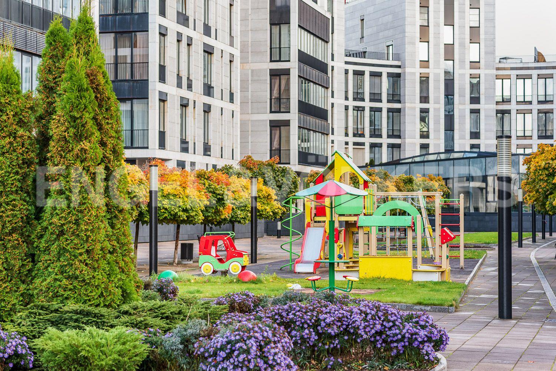 Две детские и спортивные площадки