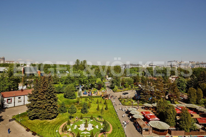 Элитные квартиры на . Санкт-Петербург, Крестовский пр., 15. Парковая зона рядом с комплексом