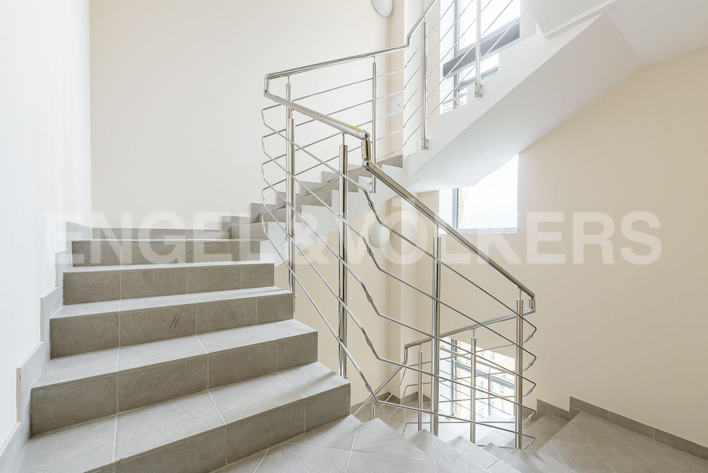 Элитные квартиры в Центральном районе. Санкт-Петербург, ул. Кирочная, 70, строение 1. Светлые лестницы