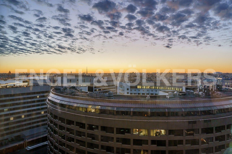 Вид с гостиной на панораму исторического Петербурга