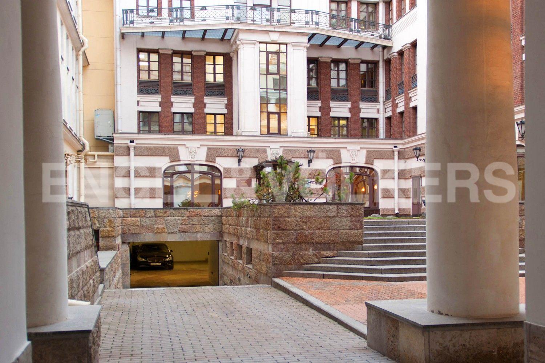 Элитные квартиры в Центральном районе. Санкт-Петербург, пл. Искусств, д. 4. Вход на придомовую территорию с въездом в паркинг