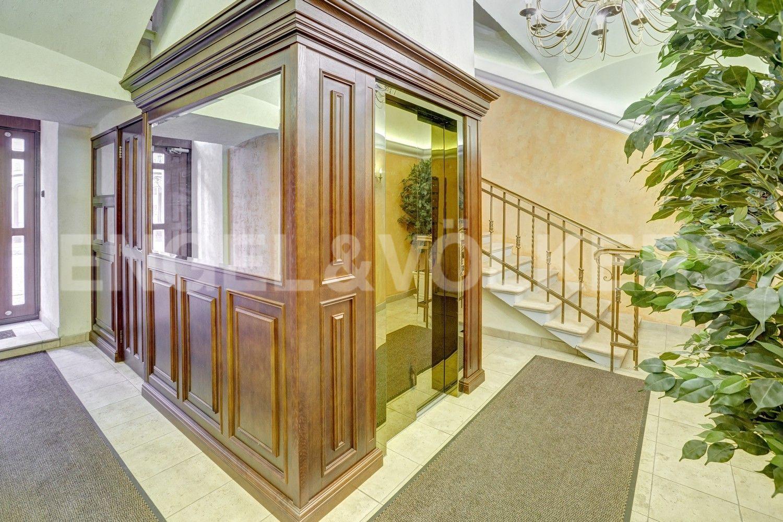 Парадная с современным лифтом