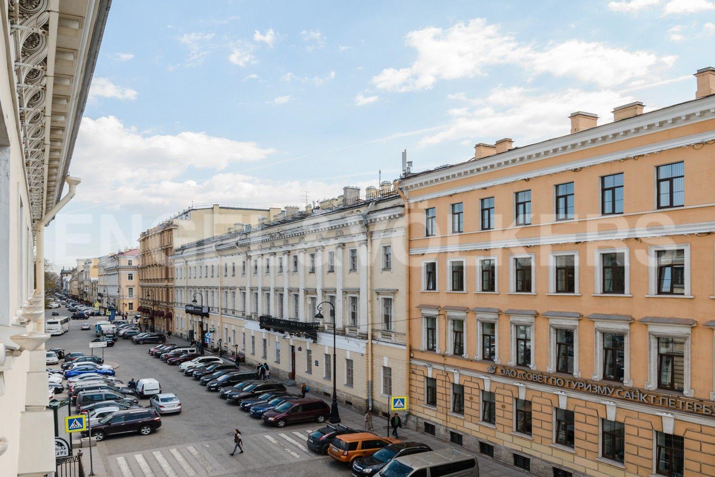 Вид из окон на Итальянскую улицу в сторону пл. Искусств