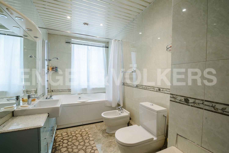 Элитные квартиры в Центральном районе. Санкт-Петербург, пл. Искусств, д. 4. Ванная комната с окном