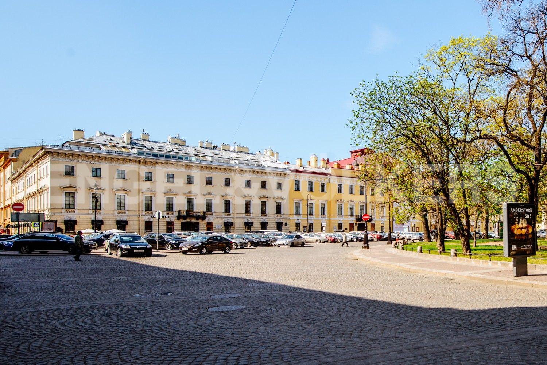 Расположение дома непосредственно рядом с Михайловским театром
