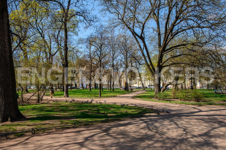 Михайловский сквер на пл. Искусств напротив дома