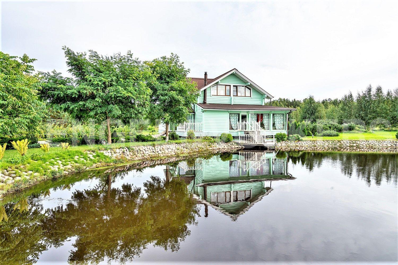 Элитные квартиры в Других районах области. Ленинградская область, . Вид на дом и выход к пруду
