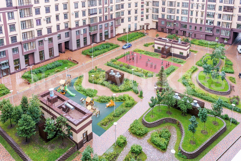 Благоустроенный двор со спортивной и детской площадками