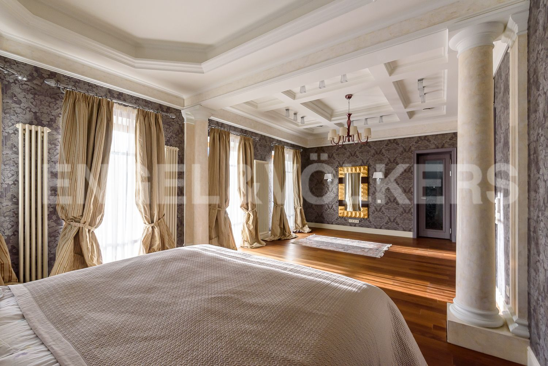 Большие окна в мастер спальне на солнечную сторону